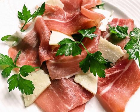 切りたてパルマ産 熟成生ハムとペコリーノ・ロマーノの盛り合わせ